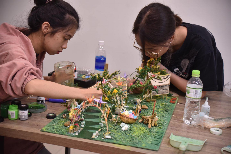 """Nhóm sinh viên thực hiện đề tài """"Đông Sơn"""" dựng mô hình phối cảnh."""