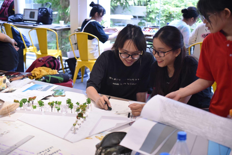 Các sinh viên thực hiện đề tài Di sản và hội nhập thực hiện bản vẽ và mô hình phối cảnh.
