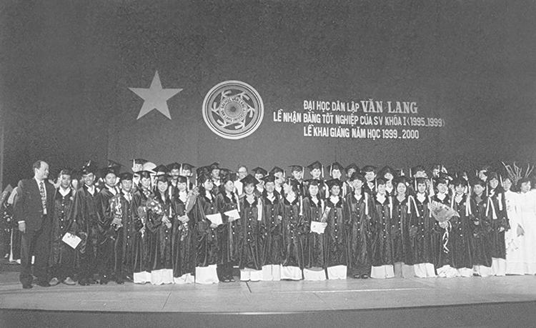 Lễ Tốt nghiệp khóa đầu tiên tổ chức cùng với Lễ Khai giảng lần thứ 5 tại Nhà hát Hòa Bình, tháng 9/1999.